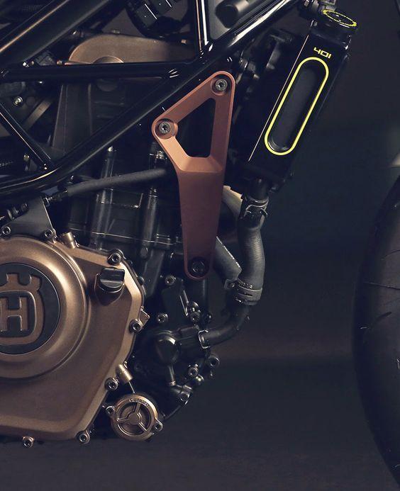 """KTM le compró a BMW en el 2013 la empresa Husqvarna. Stefan Pierer,dueño de KTM tiene el 51% de sus acciones mientras Bajaj tiene el 47% de KTM, pero este motor """"Husqvarna"""" se ve claramente que es el KTM 390 / Bajaj CS 400 (éste con otra tapa de cilindro)."""