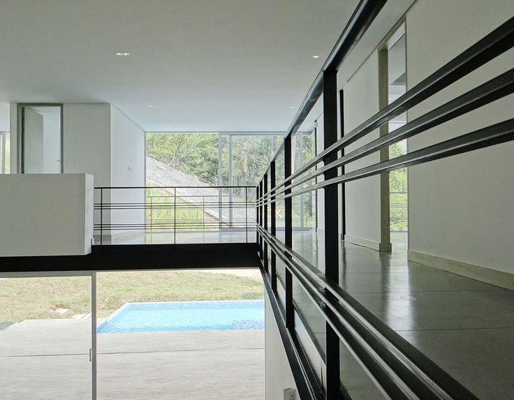 El Orquideal. Espacios abiertos e iluminados, con columnas y vigas a la vista y puertas corredizas de cristal. #DreamHouse #architecture