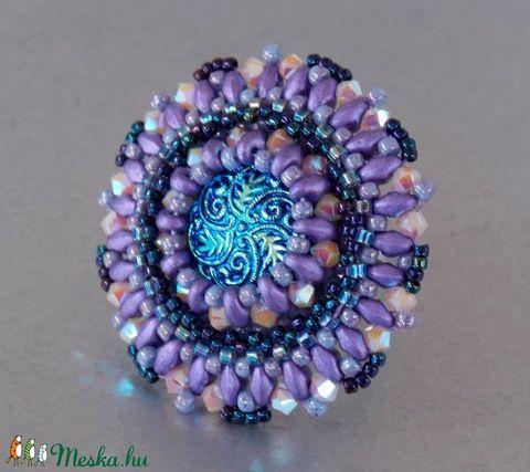 Üveg gombos - gyöngy hímzett gyűrű (Muttery) - Meska.hu #vicusdesign #muttery #gyűrű #gyöngyhímzés #gyöngyösékszer #lilagyűrű #kékgyűrű #csehüveggomb #swarovski