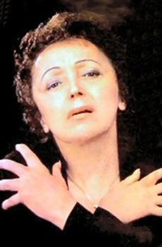 """Edith Piaf, est née dans la pauvreté démunie à Paris, et a été rappelé pour sa voix très expressive et émotionnelle. Elle était connue sous le nom de """"Le Petit Moineau""""."""