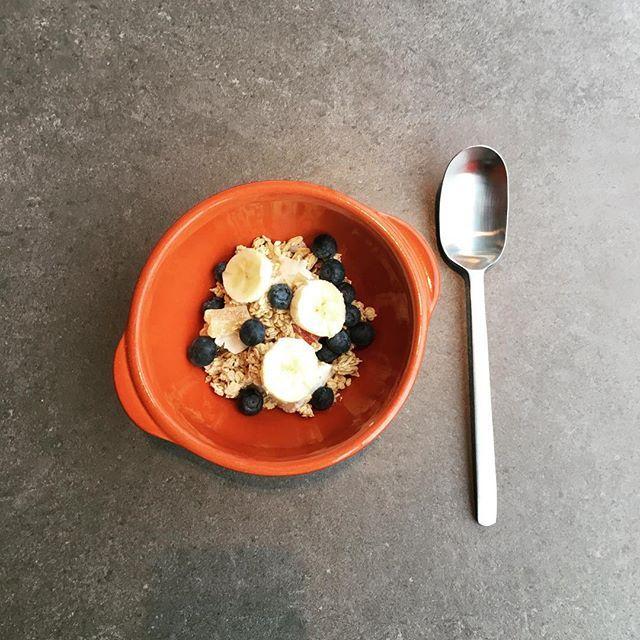 Dit ontbijt eet ik altijd als er geen brood op tafel staat: Jordans Crunchy (granen, noten en gedroogd fruit), Griekse yoghurt, banaan en blauwe bessen (of ander seizoensfruit). (2/366)  This is my usual breakfast when I'm not eating bread: Jordans Crunchy (cereals, nuts, dried fruit), Greek yoghurt, banana and blueberries (or other seasonal fruits) (2/366)  #breakfast #alldaybreakfast #ontbijt #crunchy #muesli #12monthschallenge