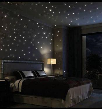 まるで夜空のような光が美しいお部屋! 天気の悪い日でもこんなに素敵な空間で、星を見ながら幸せな時間を過ごせそう。