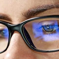 Sommeil : des lunettes filtrant la lumière bleue des écrans testées