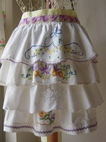 Perfect ruffled apron made with upcycled vintage embroidered pillowcases: Embroidered Pillowca, Pillows Cases, Pillow Cases, Vintage Pillowcases, Pillowca Aprons, Retro Apron, Vintage Linens, Pillowcases Aprons, Aprons Tutorials
