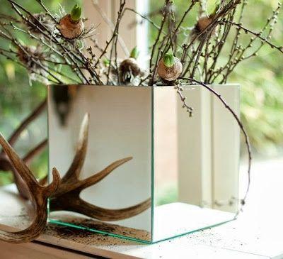 Несуществующая зеркальная ваза (Diy). Кубической формы ваза. Из икеа. И квадратные зеркала оттуда же, продаются по 4 шт в комплекте. Они были созданы друг для друга, осталось добавить немного клея!