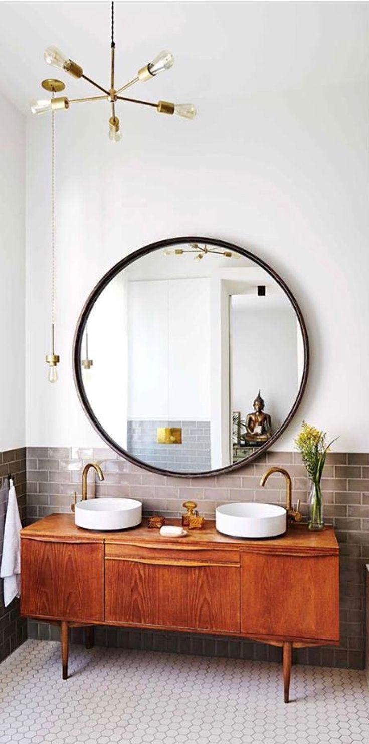 Anthropomorph mit einem Sideboard als Waschtisch und einem massiven runden Spiegel – Cassandra Lehmann