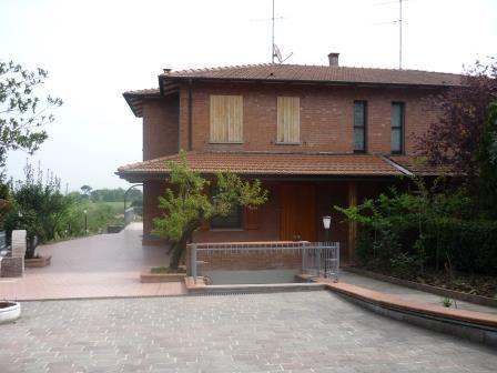 Castel San Pietro Terme (BO) Villa Bifamiliare ristrutturata in prima collina con 2 appartamenti.A Km.3 dalla via emilia,zona residenziale.