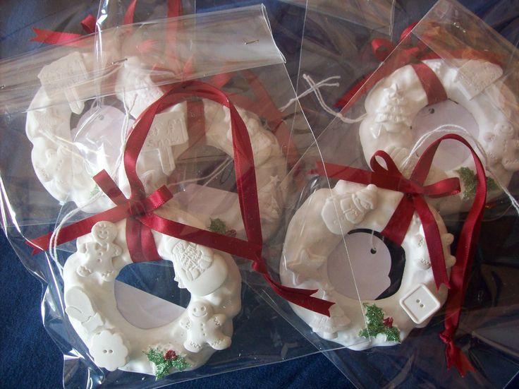 Ghirlandine alla cannella - tiny plaster wreaths, cinammon scented.