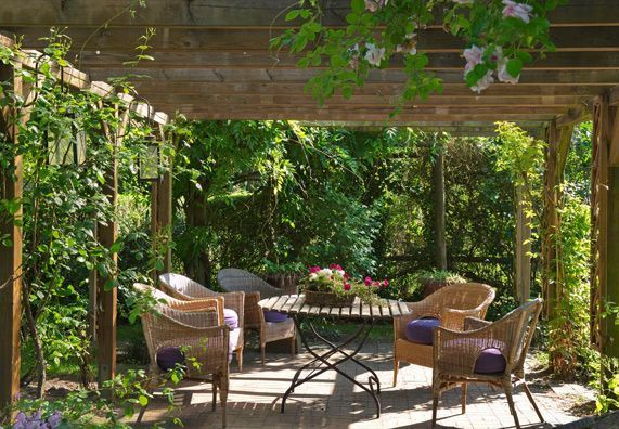 Garten Naturnah Garten Pergola Mit Gartenmbel Gazebos Attached To House Alle Infos Zum Thema Sichtschutz Gibt Es Pergola Design Cottage Garten Terassenideen