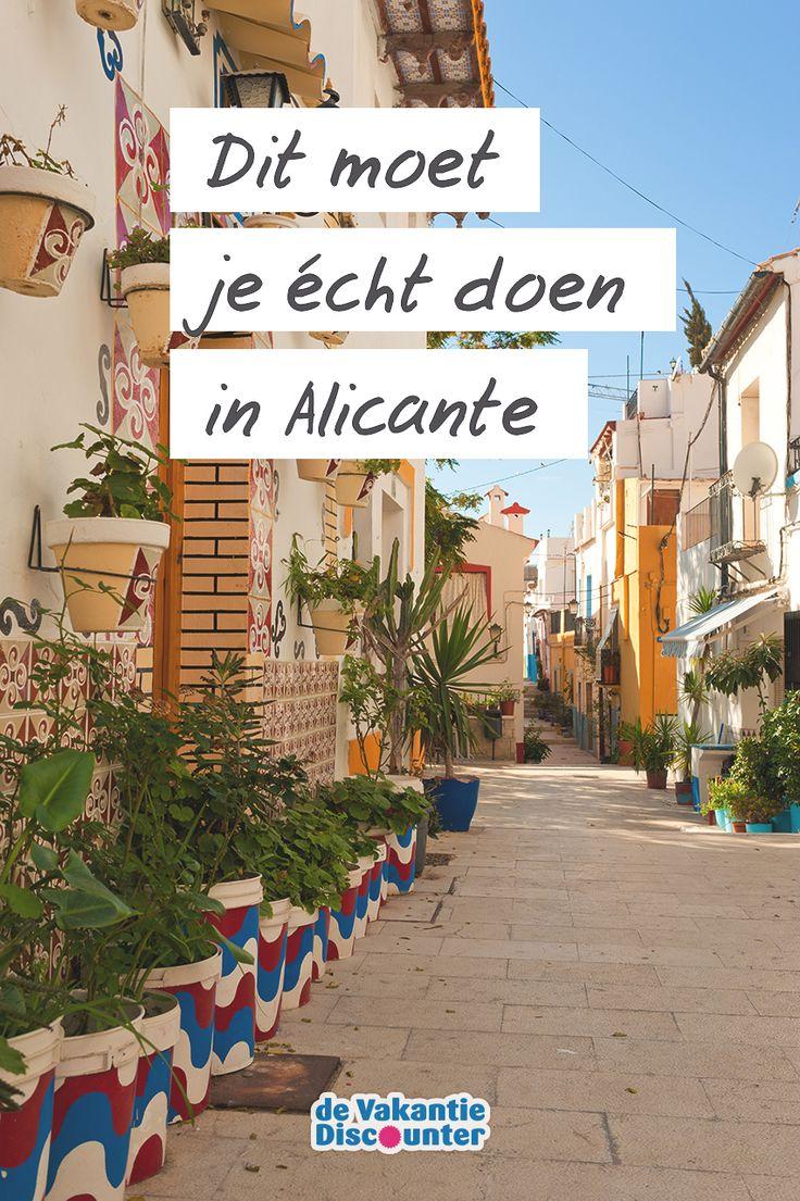In de Spaanse badplaats Alicante aan de Costa Blanca kun je je dagenlang vermaken. Wissel het strand af met traditionele tapas in een van de vele tapasbarretjes. Of flaneer door idyllische straatjes die een romantisch gevoel opwekken.