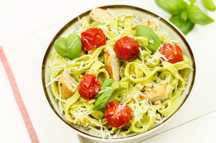 Snel een superlekkere pasta op tafel? Hier is 'ie: tagliatelle met avocado en kip. Overigens kan dit ook prima zonder kip!