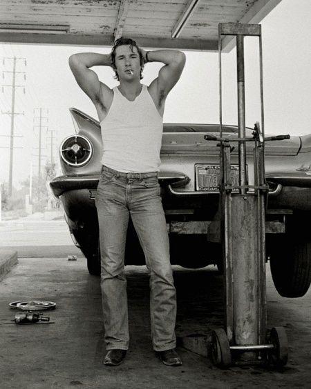 Ричард Гир, 1978 год. Фотограф Херб Ритц сделал этот портрет своего близкого друга, начинающего и никому неизвестного тогда актера. Снимок был сделан в Калифорнии, когда у их автомобиля прокололось колесо, и они заехали в придорожный сервис с целью его поменять.