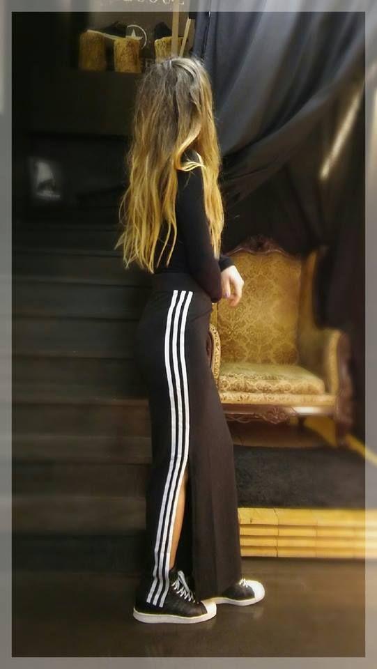 III 3stripes mood III Σήμερα η επιλογή μας κινείται σε μαύρους/λευκούς τόνους . Επιλέξαμε ένα μαύρο απλό μπλουζάκι και το συνδυάσαμε με την μοναδική μακριά φούστα της Adidas , μια φούστα ίσιας/στενής γραμμής , κατασκευασμένη από μαλακό βαμβάκι , με ένα διακριτικό σκίσιμο στην μία πλευρά και 3 επιβλητικές λευκές ρίγες να αγκαλιάζουν κατά μήκος το πόδι και τις καμπύλες σας...
