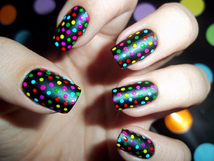 Uñas con puntos de colores. Conoce más tutoriales en http://mipagina.1001consejos.com/profiles/blogs/u-as-con-puntos-de-colores