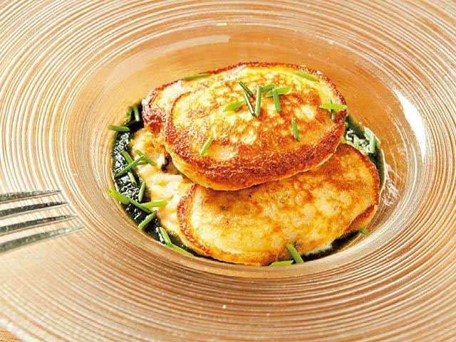 """《 池尻大橋 》12月末までの前菜「カキのピカタ ウニのリゾット」。岩海苔のクーリを添えて。季節などによりメニューは異なる。写真は一例  食の欲求を満たす食べ応えあるフレンチ  『デュ バリー』  池尻大橋  池尻の『デュ バリー』は""""食の欲求""""を満たすことを最大の目的に掲げ、食べ応えあるメニューを提供するビストロだ。   たとえば、フォアグラと味来とうもろこしのテリーヌ。前菜でありながら甘味、旨みがぎゅっと凝縮され、高い満足度がもたらされる。また、牛ロース肉とリードヴォーのベーニェは、ジューシーに仕上げた仔牛がコクのあるマデールソースと絡み、食欲を優しく満たしていく。   ゆったりと寛ぎながら、日常の延長として使えるように、店内はウッドを基調とした落ち着きのある雰囲気。過度な演出やデコラティブな料理は避け、ゲストが自然でいられる空間を目指している。今夜は気取らずに、食べることの喜びを心ゆくまで満喫してはいかがだろう。"""