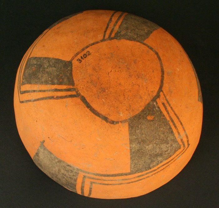 Escudilla bícroma: trinacrio – Chile Precolombino   Material(es): Cerámica Período: Alfarero Intermedio Tardío 900- 1470 d.C Medidas: 76 mm de alto Cultura:Aconcagua