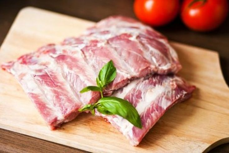 Сегодня, меню большинства ресторанов включает свиные ребрышки. Они стали одним из главных деликатесов. Так почему бы и вам не приготовить свиные ребрышки в духовке, например с картофелем или брюссельской капустой? Под влиянием вашего таланта и фантазии каждый продукт становиться частью уникального блюда! Пусть вдохновением к новым шедеврам гастрономии вам послужат эти рецепты свиных ребрышек в духовке с фото.