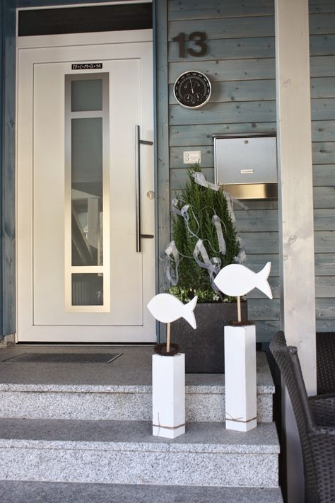 Ich weiß nicht, wie das bei euch ist, aber bei uns werden zur Konfirmation zwei mit weißen Bändern geschmückte Bäume vor die Tür gestellt, ...