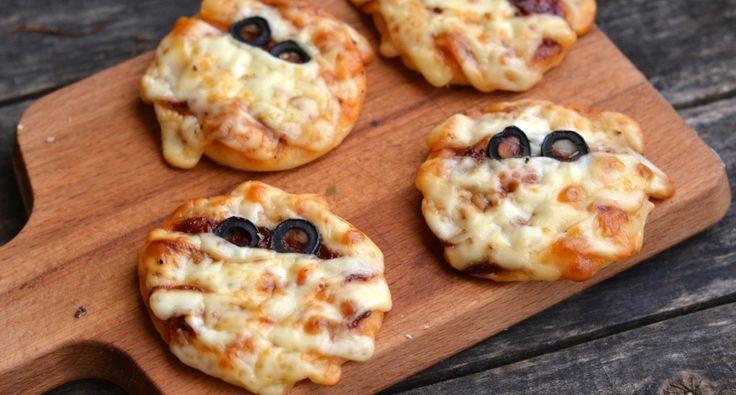Halloween mini múmiapizza recept: Halloweeni minipizzák, melyek rövid idő alatt elkészíthetők a Halloween bulira! ;)