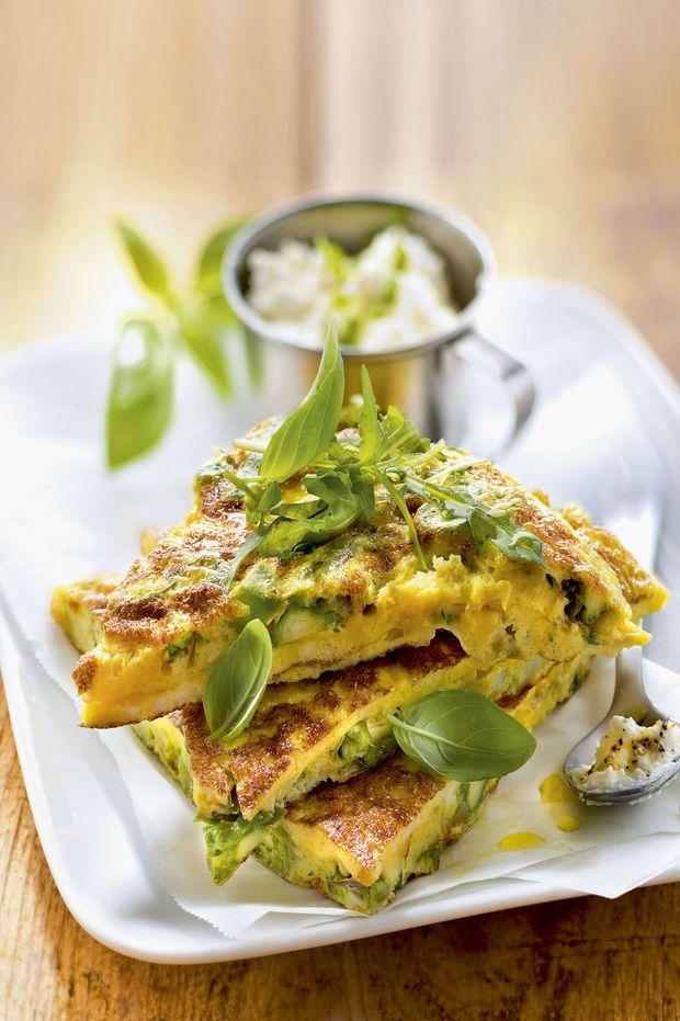 Frittata met groene asperges, verse kaas en basilicum