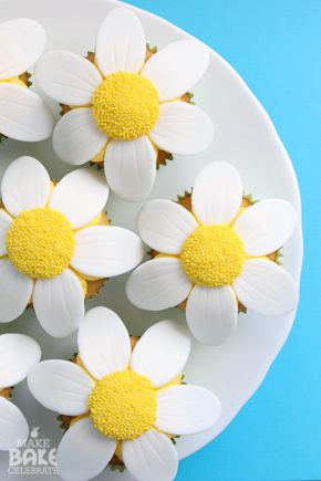 Bring a little spring into your kitchen with these super easy daisy cupcakes!