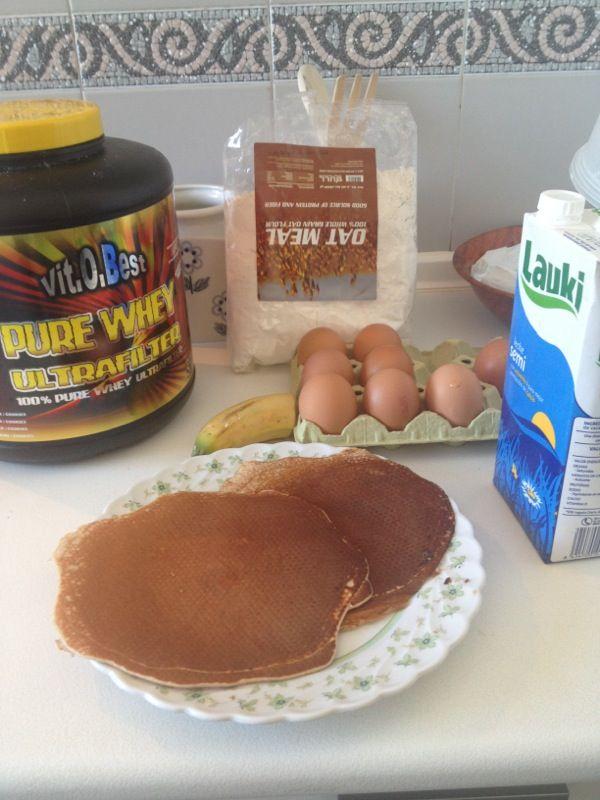 Pankakes de Avena para desayuno potente pre-workout:  - 100 grs. de Avena. - 30 grs. de Proteina sabor Vainilla, Cookies, etc. - 50 ml. leche semidesnatada. - 5 claras (y una yema) - 1/2 Banano. - Canela al gusto.  Todo a batir y a la plancha anti-adherente durante unos 30 segundos, vuelta y vuelta.