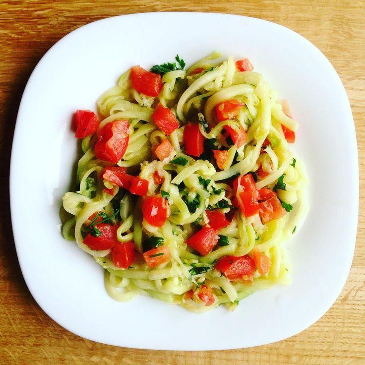 """А вот и они, вкусные """"спагетти"""" из кабачков.Готовятся мгновенно. В такой нарезке кабачки впитывают в себя соус, главное, чтобы сам соус был вкусным. Нам понадобится: 2 кабачка 1 помидор, очищенный от семян 1 зубчик чеснока полпучка вашей любимой зелени (я брала петрушку и кинзу) 1 ст.л. оливкового масла  Сначала все нарежем, потому что готовится все очень быстро, потом на это не будет времени. Кабачки очистить и нарезать на спиралайзере или на терке для корейской моркови. Помидор нарезать…"""