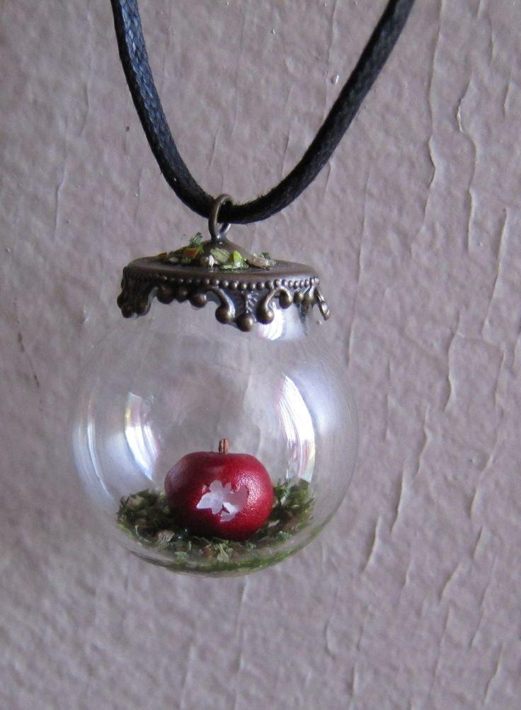 Collier fantaisie ''Croquer la Pomme...'' en bulle de verre : Collier par eclat-de-rose