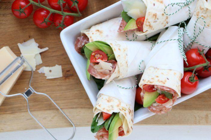 Een makkelijke Italiaanse lunch wrap maak je door deze wrap met roomkaas, avocado en spianata romana te vullen. Nog wat Parmezaanse kaas en klaar!