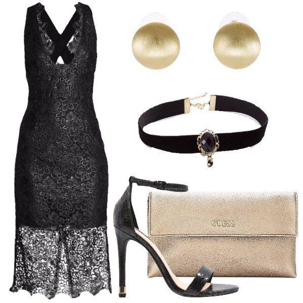 Outfit composto da vestito in pizzo incrociato sulle spalle con trasparenza sul fondo, sandalo minimal nero, pochette dorata, chocker con pietra sul davanti e orecchini dorati.