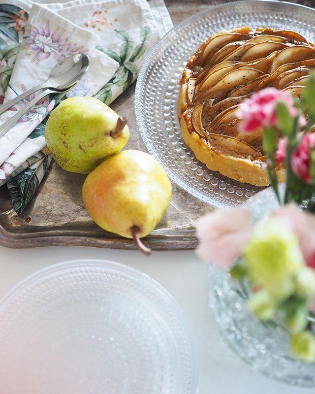 Tarte aux poires  on the blog! Laiskan kokin piiras blogissa. Ei tarvita muuta kuin pohja, päärynöitä, tuorejuustoa, vanilja-aromia, kardemummaa ja kermaa  #ainahiemanparempaa #leivontablogi #ruokablogi #patisserie #kastehelmi #iittala