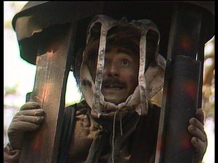 Rölli - metsätöllissään asusteleva erakkopeikko - kertoo itselleen sattuneista kommelluksista.