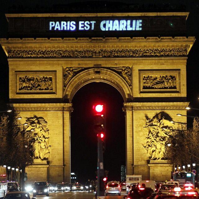 Il messaggio di solidarietà in sostegno alla redazione del settimanale satirico #CharlieHebdo proiettato sull'arco di Trionfo, a #Parigi