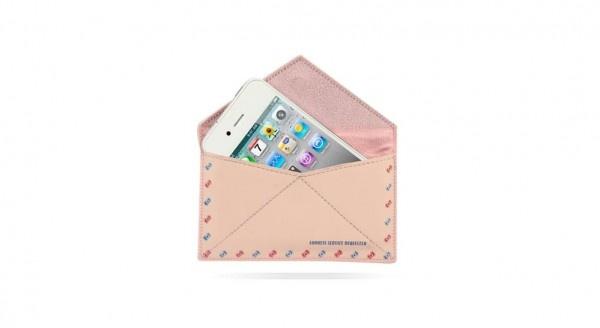 Una morbida custodia in eco pelle con interno scamosciato per proteggere il tuo smartphone da graffi, sporco, urti e impronte.
