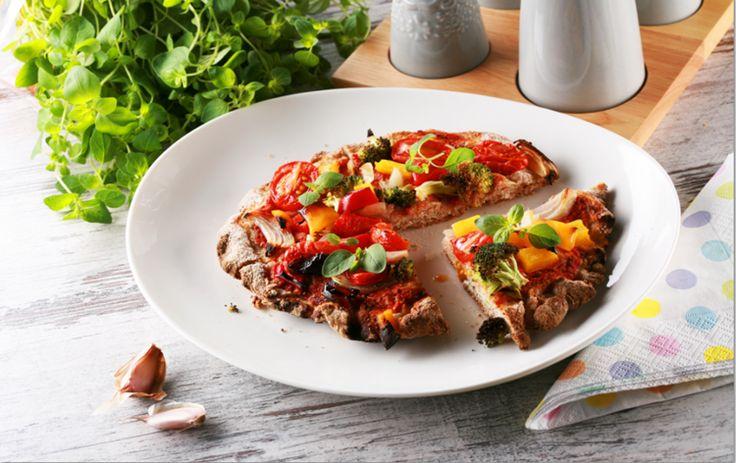 Pizza może być zdrowa! Razowy spód dostarczy błonnika pokarmowego, a duża ilość pomidorów (świeżych lub z koncentratu) stanowi istną bombę potasową – pierwiastek ten sprzyja między innymi utrzymaniu prawidłowego ciśnienia krwi. Przepis na zdrową pizzę znajdziesz na stronie optymalnewybory.pl