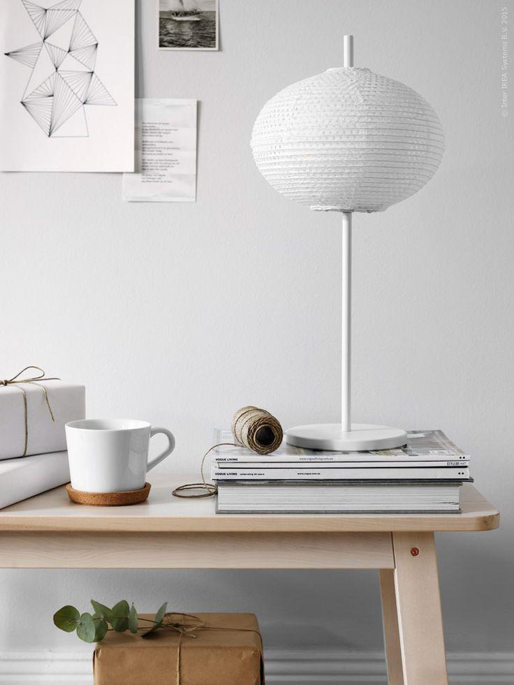 Rislampan som funnits med i någon form sen tidigt 70-tal är en riktigt smart IKEA klassiker. Självklar i sin form och i förnyelsebart material passar den överallt och ger ett mjukt och stämningsfullt ljus. Bänken NORRÅKER i massiv björk. SOLLEFTEÅ bordslampa, IKEA 365+ mugg och underlägg i kork