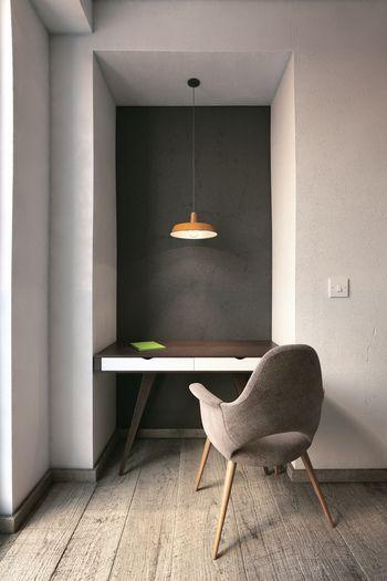 隙間スペースにぽつりとペンダント照明のある勉強スペースは暗すぎず明るすぎず落ち着きそうです。壁色も少し変化をつけることで照明の色が映えていますね。