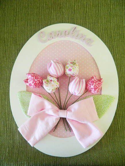 Enfeite de porta oval grande com bouquet de tulipas. Nome recortado em MDF, tulipas de tecido. Pode ser feito com outras estampas e cores.