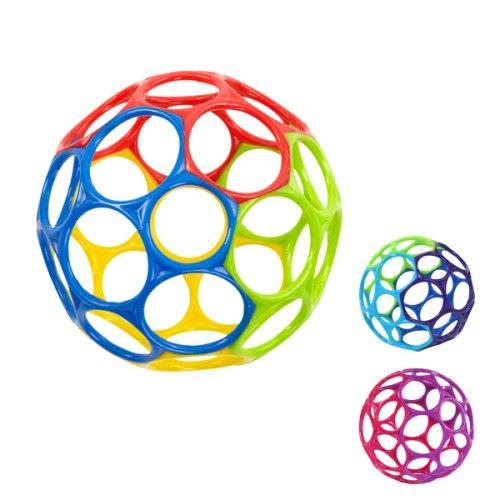 La balle Oball est facile à attraper et à manipuler par les petites mains. Ses grands trous et sa matière souple facilitent sa préhension. L'enfant la saisit, la tourne, la mordille. S'il l'écrase, elle reprend sa forme. Cette balle éveille les sens de l'enfant, sa dextérité et aussi sa motricité.