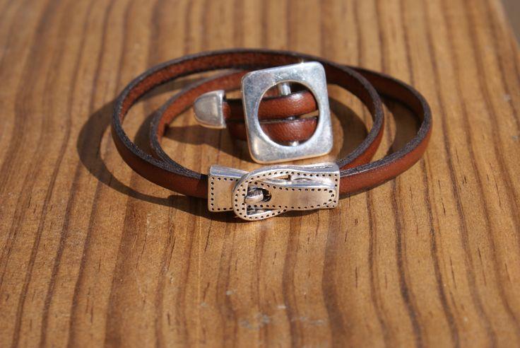 Parure en cuir marron: bracelet avec fermoir aimanté et bague réglable.