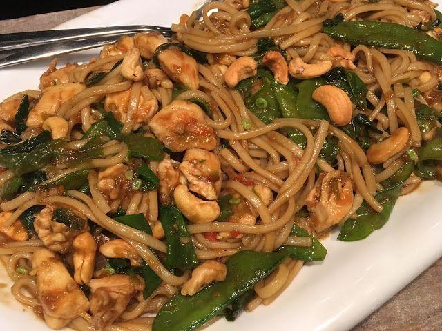 Pittige kip met cashewnoten en noodles