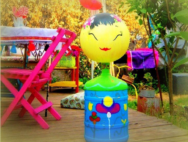 Kokeshi de botellón y pelota inflable pintada con acrílico.