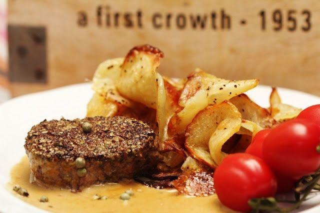 Två små kök: Grönpepparbiff i gräddig sås med råstekt potatis