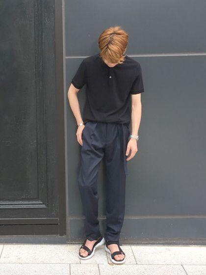 POLO STYLE! ポロシャツをゆったりとしたシルエットのパンツで合わせ、少しタックインさせるスタイリングが今季のトレンド。 色のトーンを統一させるのもポイントの1つです。