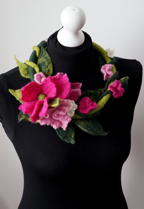felted necklace felted flower pink flowers wool by Feltmondo, €25.00