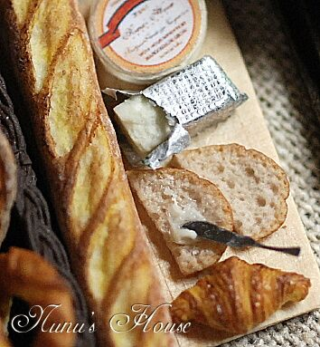 1:12th scale miniature French baguette and sides from NuNu's Houseクリックすると元のサイズで表示します