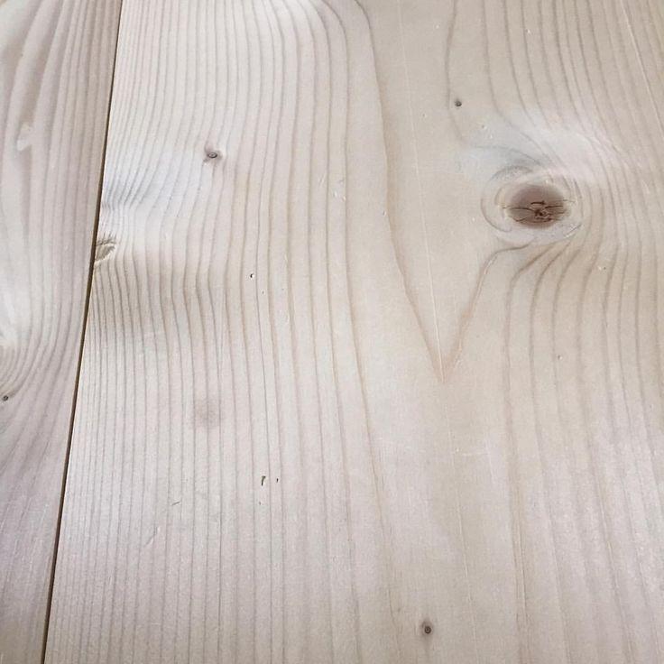 De eviga funderingarna om det rätta sättet att sköta ett nytt skurgolv har seglat upp igen. Byggnadsvarden har hyfsat lång erfarenhet av nya golv och tycker att det blir bäst om de behandlas som följer: ett oslipat gran- eller furugolv skuras med en stor andel bra såpa (gärna linoljesåpa) 4-6 gånger innan golvet tas i bruk, detta kan ske i rask följd, golvet behöver egentligen bara torka ordentligt mellan. Då skapas en tålig yta som gör golvet bruksdugligt från start. Golvet bleks också…