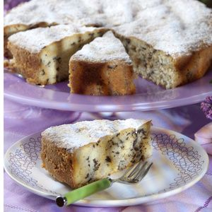 Butter, Vanillinzucker, Zucker und Eier schaumig rühren. Rum-Aroma unterrühren. Mehl und Backpulver mischen und löffelweise unterrühren. Schokolade...