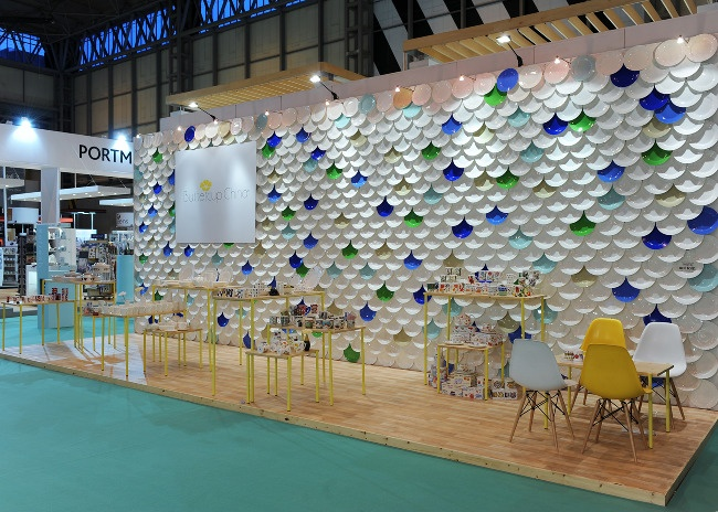 Approximately 800 plain and coloured bone china plates were used to cover the back wall
