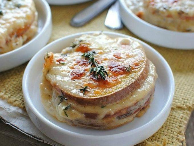 Sándwich de camote y queso sin pan.  Cambia el pan por rebanadas de camote dulce para obtener un sándwich sin gluten y con mucho sabor.